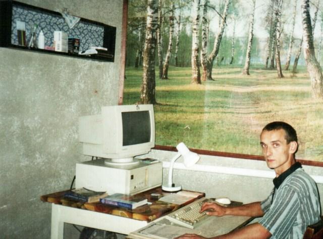 Легендарное фото - 1997 год. Я за работой: шипит винт, скрипит флоппи-дик, зверь DOS 6.22 выполняет задачи